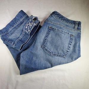 White House Black Market Blanc Capris Jeans.